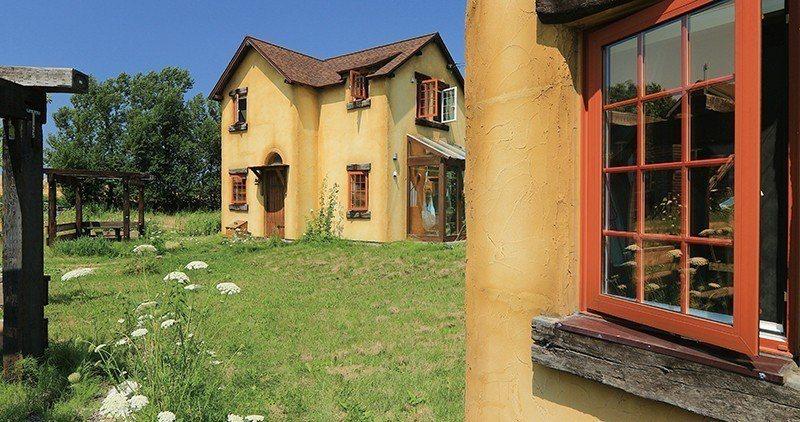 綠油油的草地與奶油色小屋,就像是童話故事書裡主角的家。
