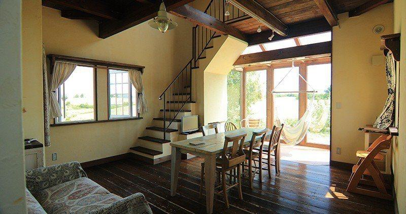 1樓客廳大片落地窗旁掛有吊床,愜意地躺著看書、曬太陽都很享受。