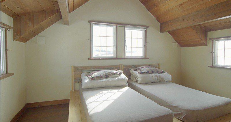 2樓鄉村風的斜屋頂天花板設計讓房間看起來相當溫馨。