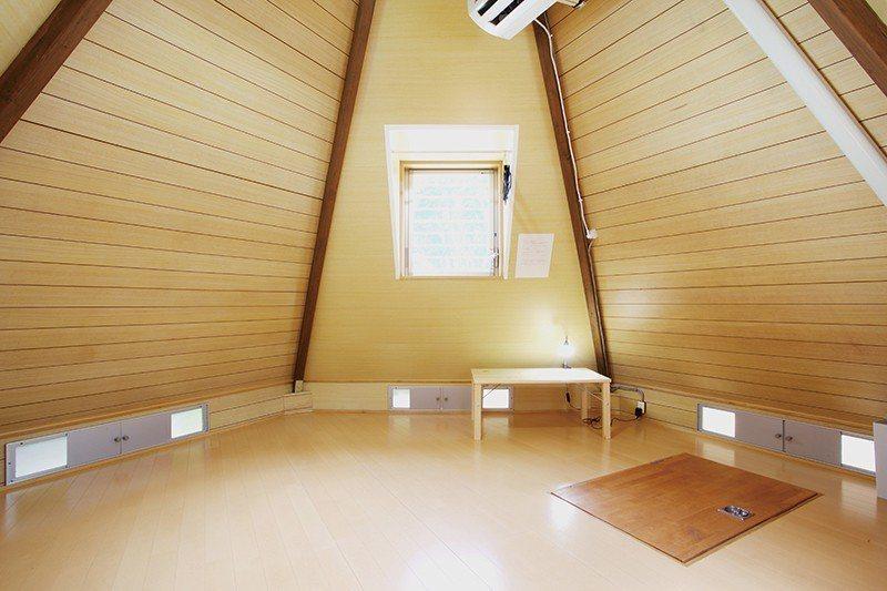 房內採光明亮,打造舒適安 心的空間感。