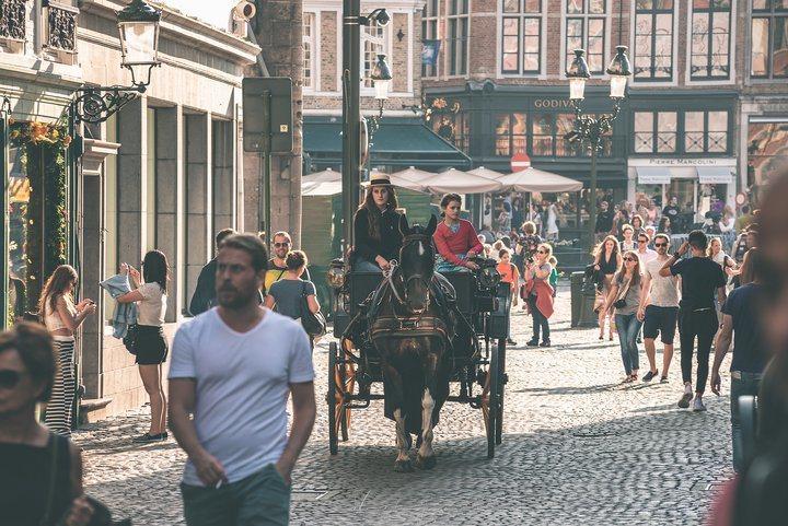 載著觀光客、頻繁穿梭於街道間的馬車。 圖/背包客棧