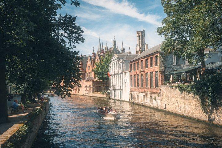 運河游船是遊覽布魯日的熱門方式。 圖/背包客棧