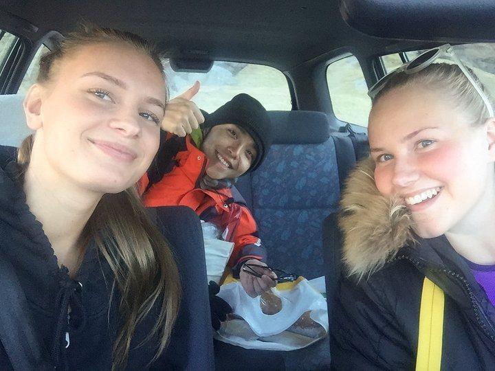 好心載我一程的兩位挪威女孩。 圖/背包客棧