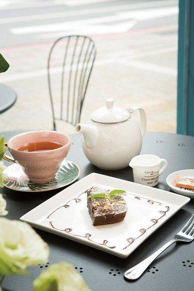 布朗尼60元(前)/口感紮實,瀰漫巧克力香氣。皇家伯爵茶170元(後)/使用極具...