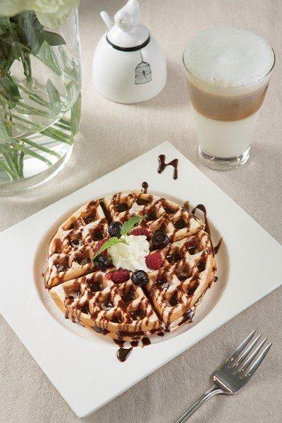 鬆餅120元(前)/除了提供蜂蜜、奶油、巧克力等風味選擇,也可加價冰淇淋。拿鐵咖...
