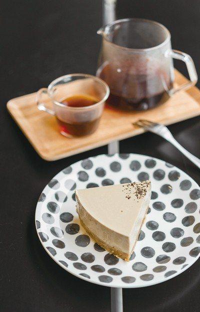 奶茶乳酪蛋糕130元(前)/自家製甜點融入日月潭紅茶,數量有限,且不定時做更換。...