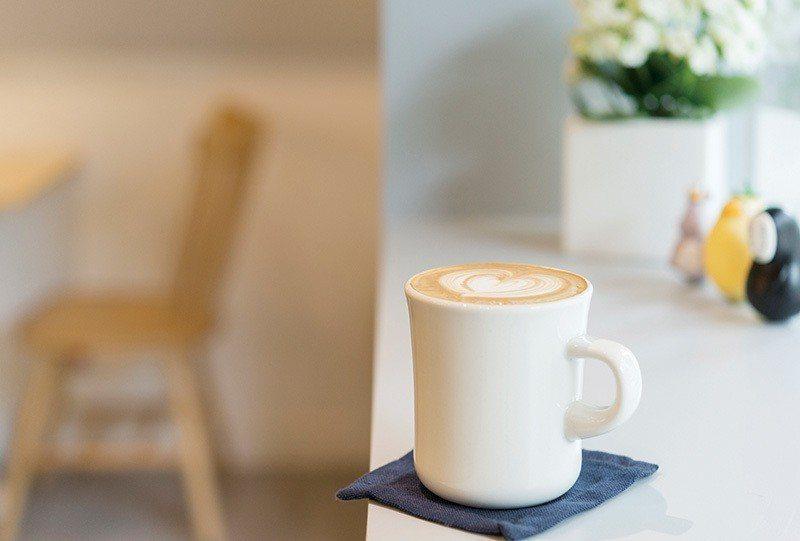 拿鐵110元/將常見的咖啡品項暖意呈現,喝一口舒適與自在。