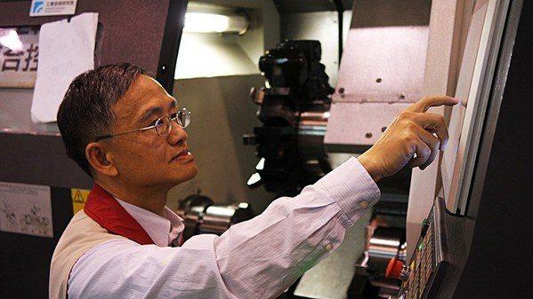 圖2 : 工業技術研究院智慧機械科技中心智慧機械技術組組長孫金柱執行CNC切削實...