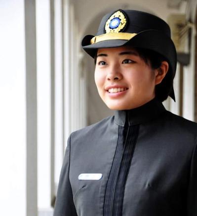 國軍又將有女性官校生將赴美就讀西點軍校。陸軍官校110年班的胡家琪,通過AIT安...