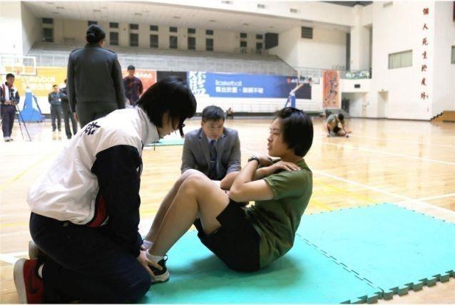胡家琪(右一)參加「107年派赴西點軍校學生甄選作業」,在美國在臺協會(AIT)...