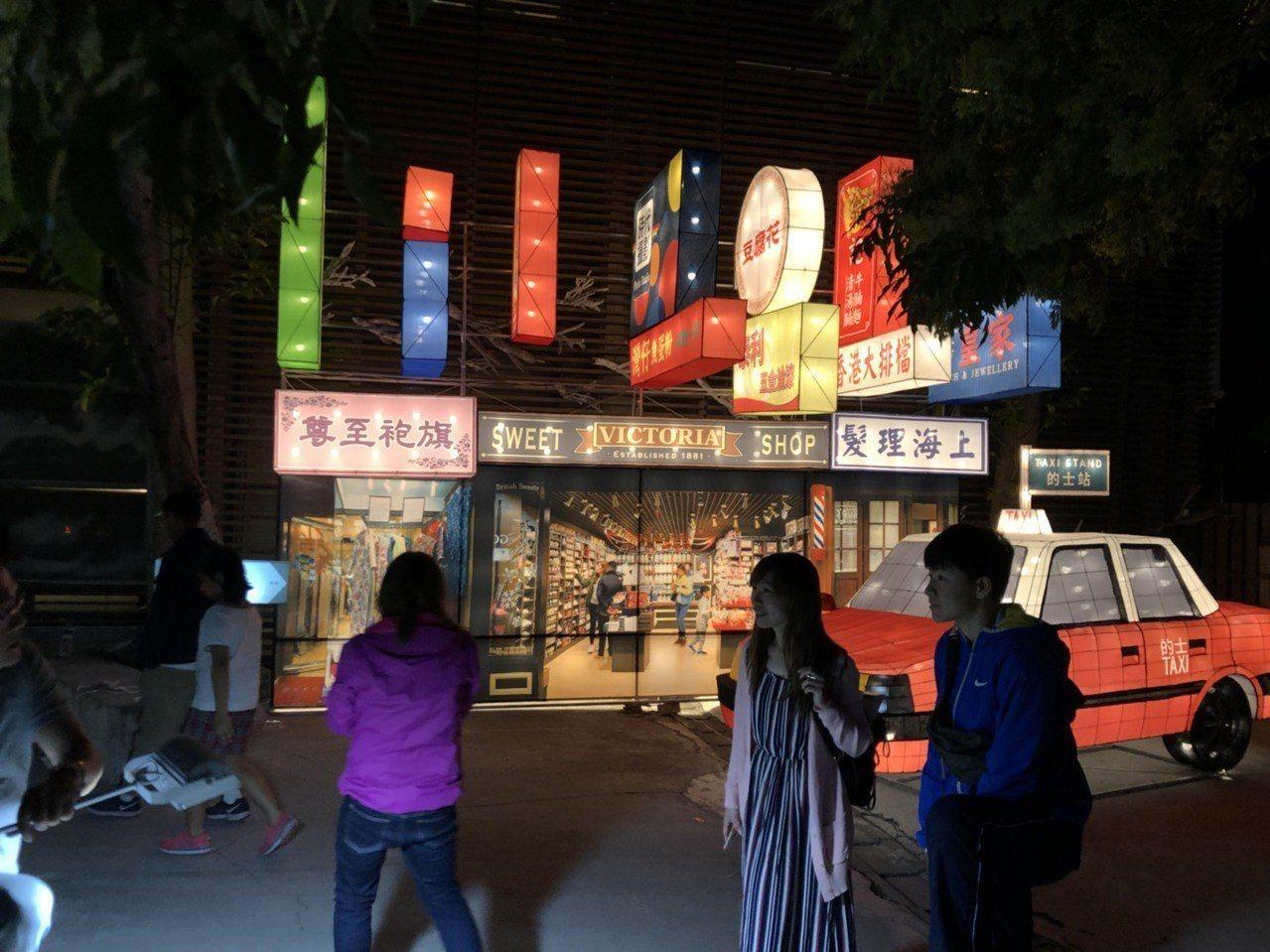 香港獨特的招牌文化及的士計程車,吸引不少民眾及遊客目光,成為爭相拍照合影的熱點。...