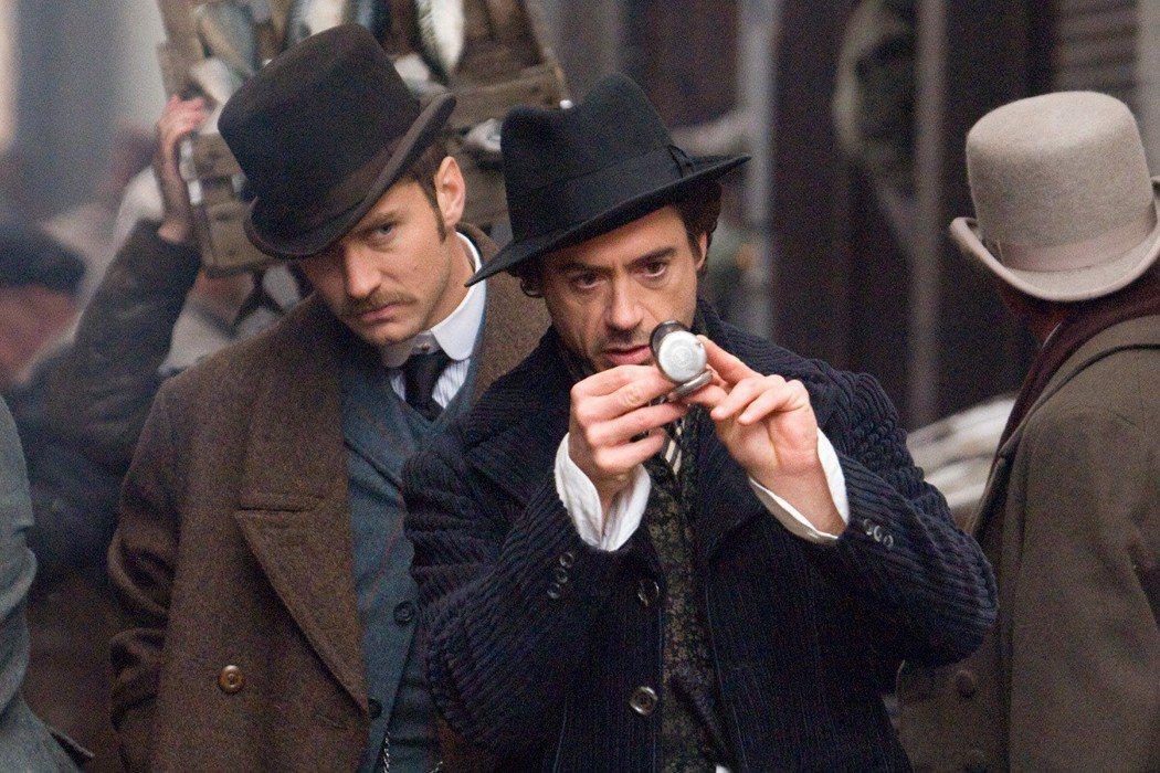 小勞勃道尼(右)、裘德洛(左)演出的「福爾摩斯」系列票房大賣。圖/華納兄弟提供