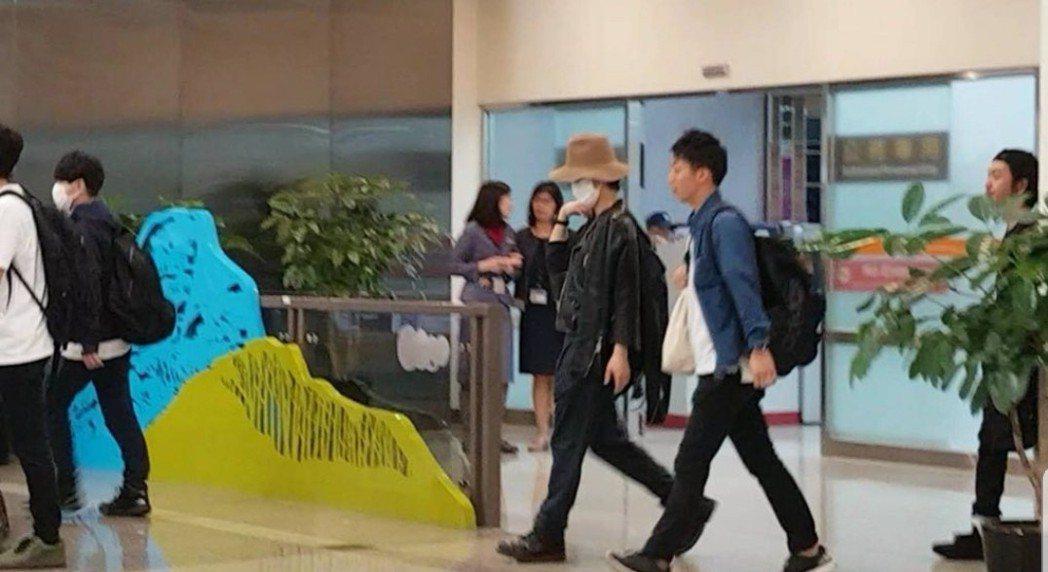 龜梨和也戴著帽子口罩抵達台灣。圖/摘自punkjunichi推特