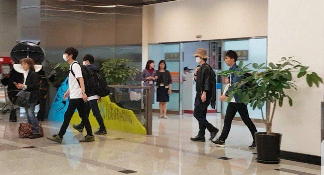 中丸雄一和上田龍也與龜梨和也戴著口罩抵達台灣。圖/摘自punkjunichi推特