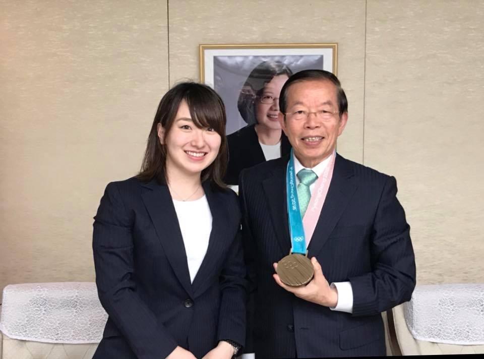 平昌冬季奧運日本冰壺代表隊選手藤澤五月拜會代表處,還出借了她的奧運銅牌,讓駐日代...