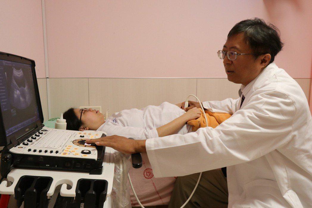亞洲大學附屬醫院婦科主任陳泰昌說,使用腹腔鏡處理子宮肌瘤較傳統開腹式困難許多,但...