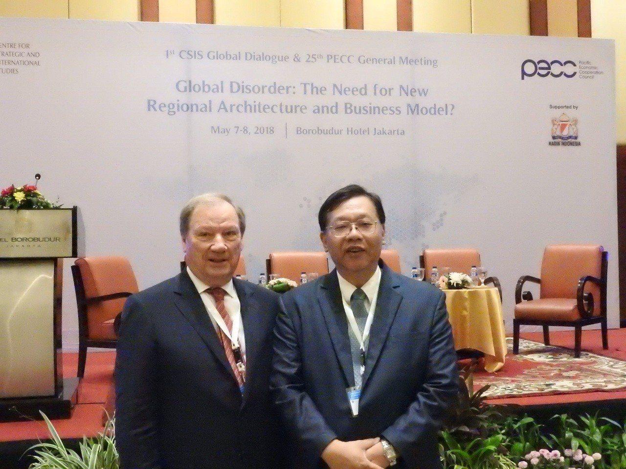 台經院院長林建甫(右)與PECC主席Donald Campbell於會議現場合影...