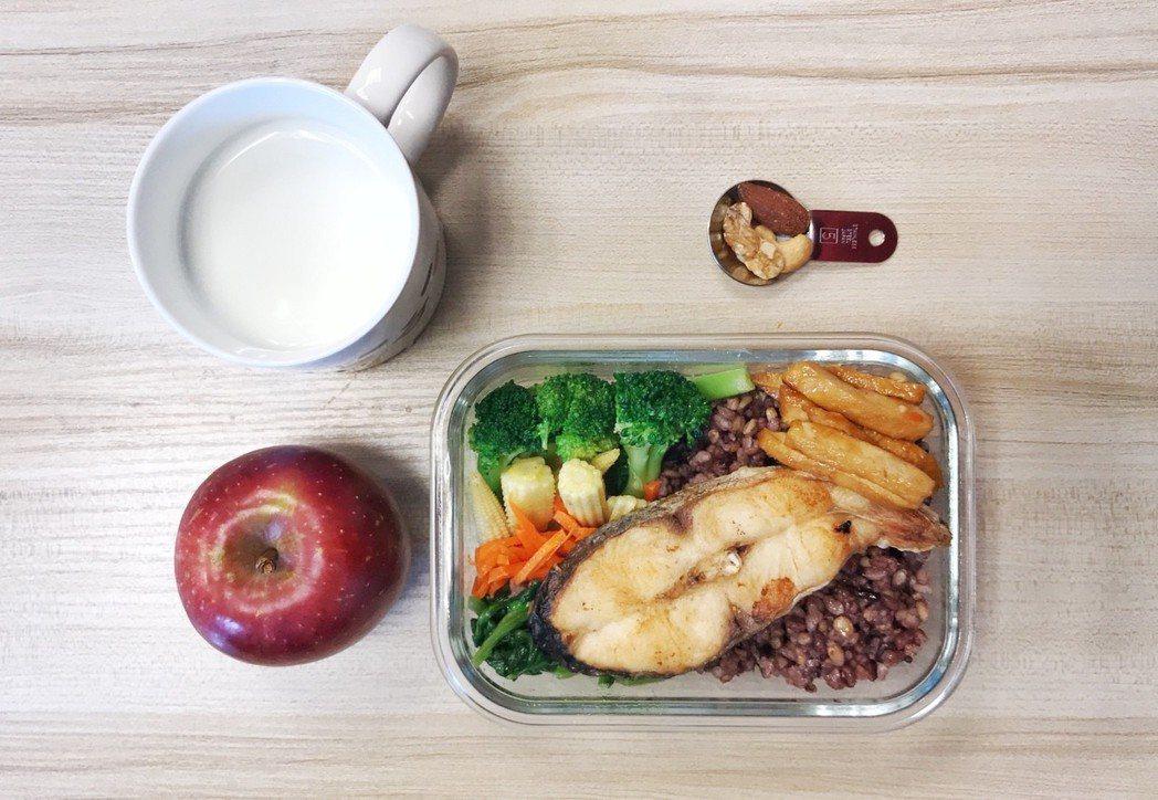國健署推廣「我的餐盤」概念,首度將水果放入餐盤,提醒民眾飯後吃水果,吸收效益更佳...