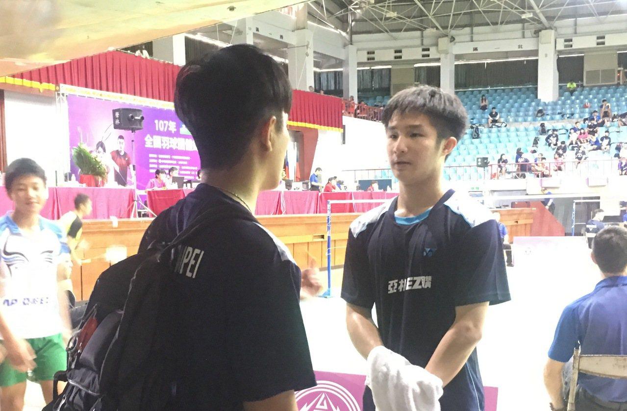 陳孝承(右)贏球下場後,專心聽教練馮勝杰指導。 記者曾思儒/攝影