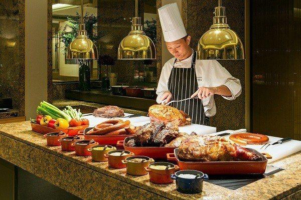 台北國賓飯店明園西餐廳推出4人同行1人免費優惠。圖/國賓飯店提供