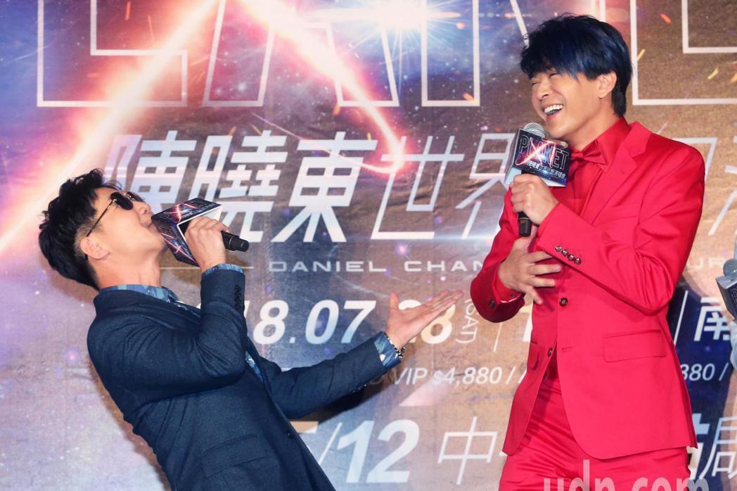 歌手陳曉東(右)今天舉行世界巡迴演唱會台北站售票記者會,好友品冠(左)也趕來現場...