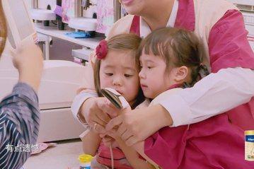 賈靜雯帶女兒咘咘與Bo妞上大陸節目「媽媽是超人」,咘咘的閨密、方志友與楊銘威的女兒Mia也連2集登場,但兩個小女孩在節目中卻經常搶玩具、推擠吵架,有網友甚至攻擊Mia,覺得她「老是搶別人的東西」,賈...