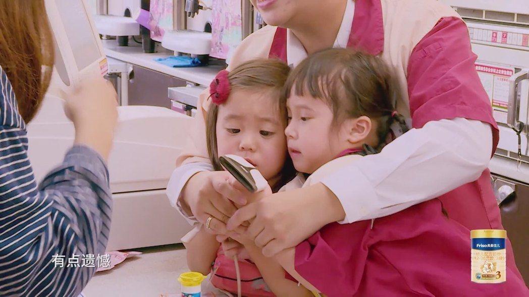 咘咘(左)與Mia搶掃描器又吵架。圖/擷自愛奇藝