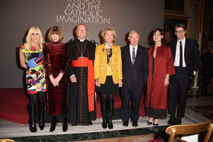 安娜溫圖在今年二月攜手今年主要贊助品牌Versace設計師Donatella V...