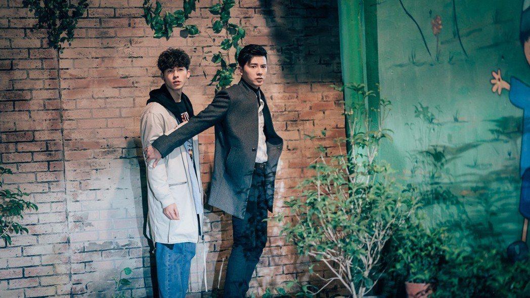 李國毅(右)帶許光漢穿越回到4隔月前。圖/歐銻銻娛樂提供