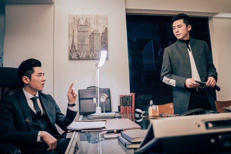 李國毅在「1006的房客」中上演時空融合穿越戲碼,為了追查案情,帶著許光漢前往2017年尋找4個月前的自己,這一場「與自己相見」的戲,也苦了李國毅,因他4個月內個性有很大轉變,李國毅必須自己想像自己...