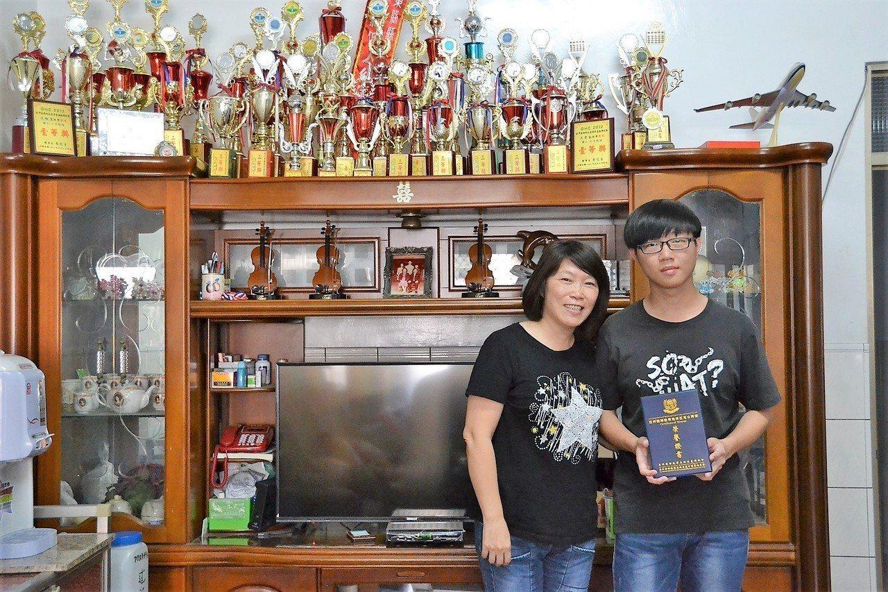 屏北高中沈韋辰(右)考上台大資訊工程學系,媽媽(左)最感欣慰,家中擺滿了他從小到...