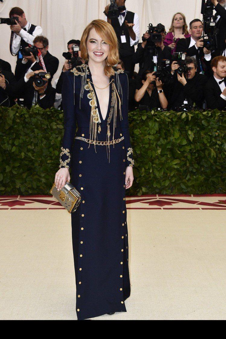 艾瑪史東的服裝以金屬細節作為點睛裝飾。圖/LV提供