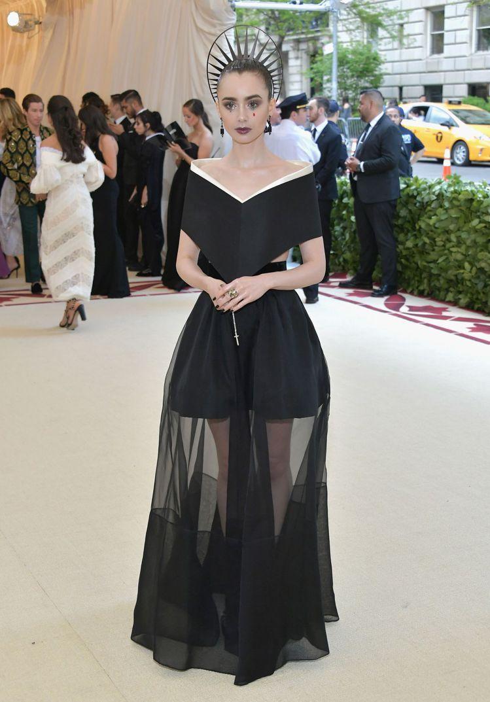莉莉柯林斯的禮服剪裁有著節制的莊嚴。圖/GIVENCHY提供