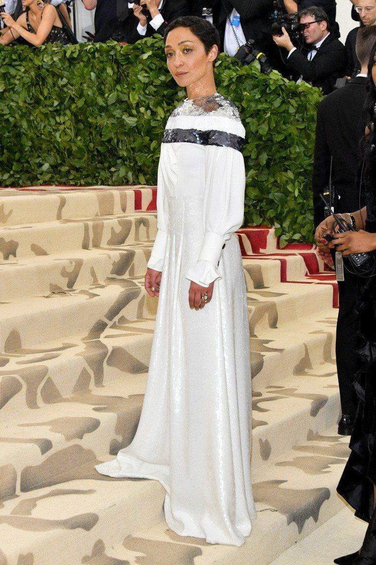 蘿絲奈格(Ruth Negga)的希臘白長禮服相當大器高雅,僅在前襟部分有別致設...