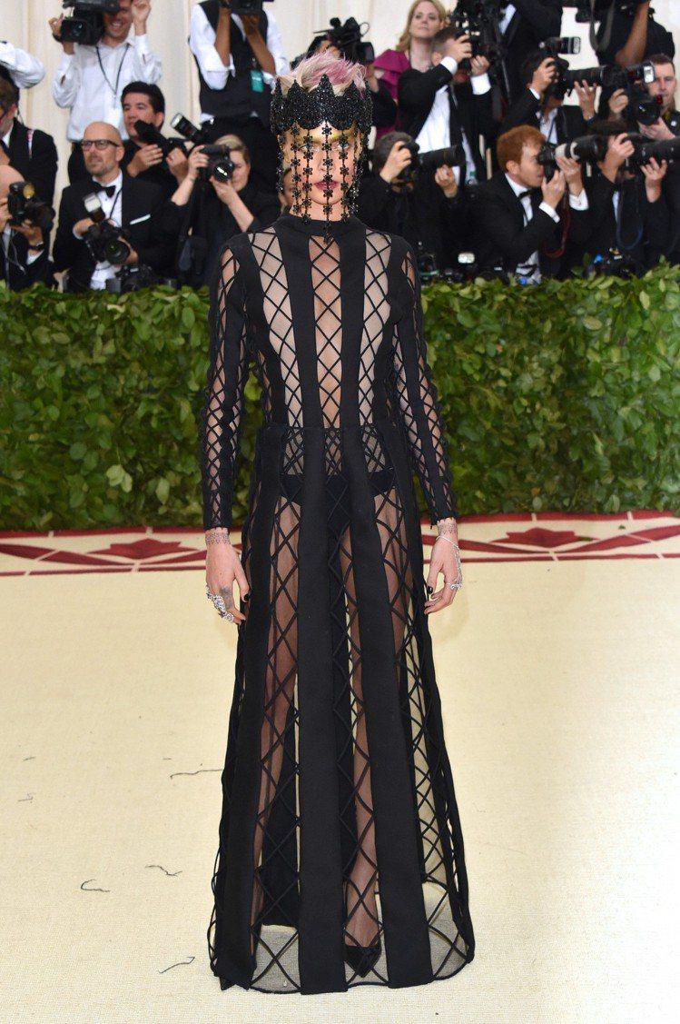 卡拉迪樂芬妮以黑色菱格鏤空高級訂製晚禮服展現濃厚神秘感。圖/Dior提供