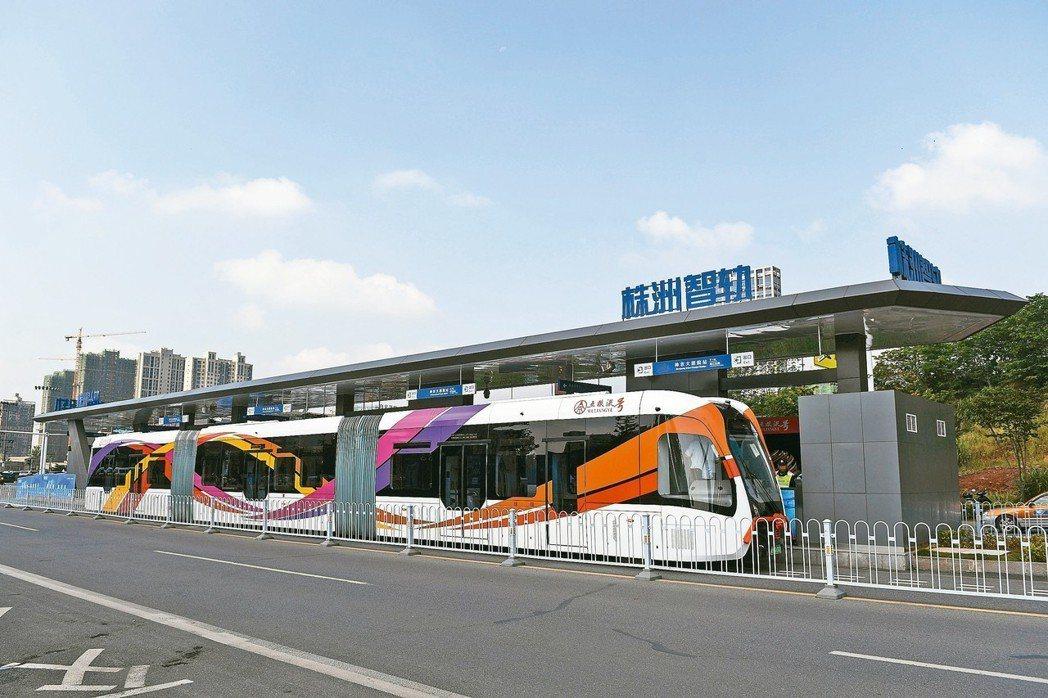 在有著「大陸電力機車之都」之稱的湖南株洲城區,全球首例智能軌道快運系統示範線8日...