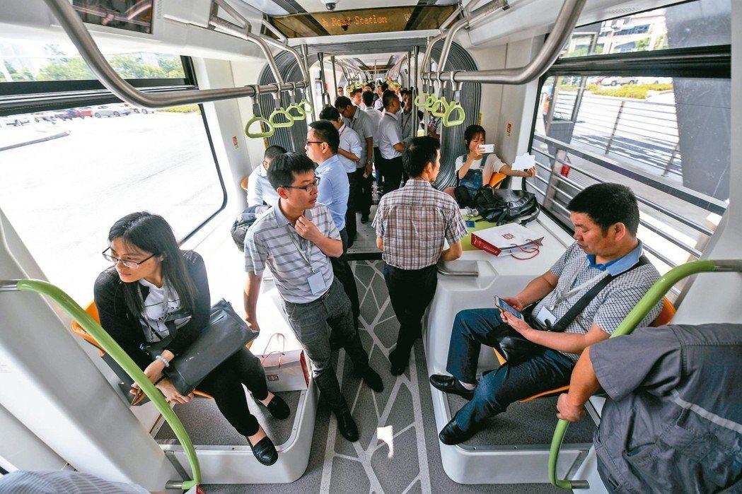 智軌電車內設有座椅與扶手。 中新社