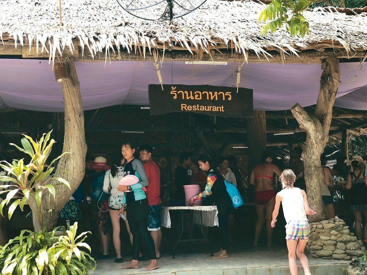 島上提供自助餐吃到飽,也形成各國觀光客搶食畫面。 記者魏妤庭/攝影