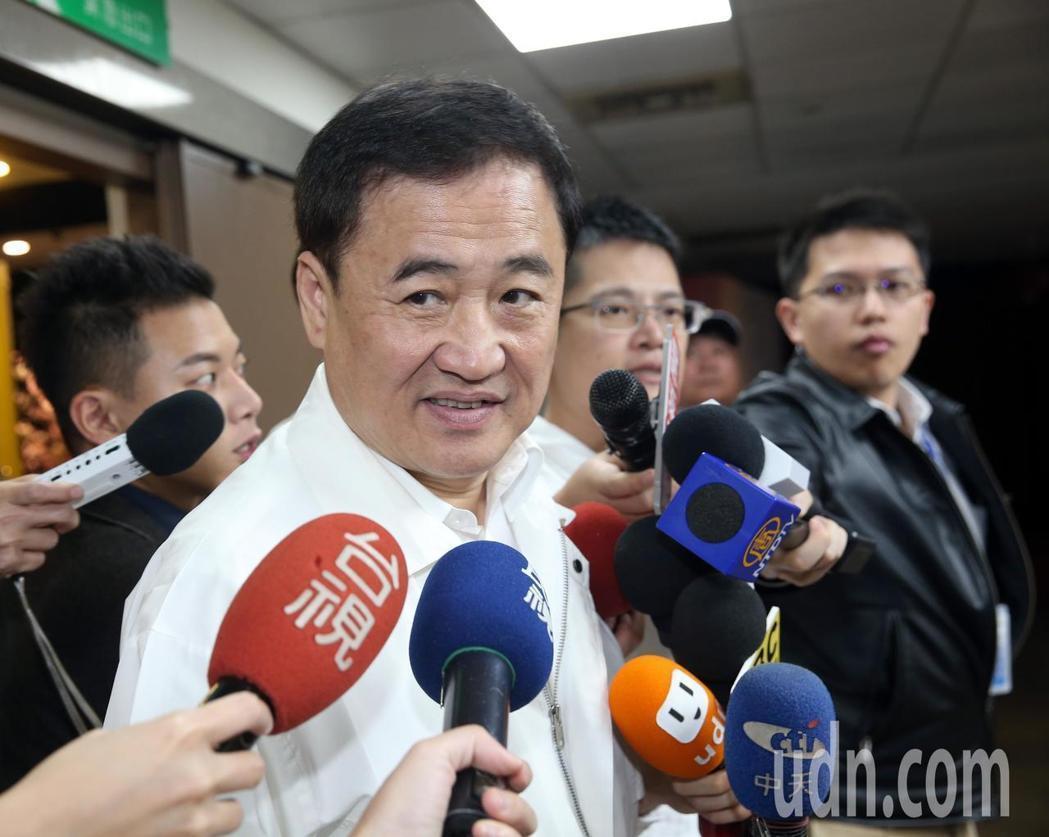 台北市副市長陳景峻說,民進黨和台北市長柯文哲市長關係尖銳、矛盾,自己盡量扮演潤滑...
