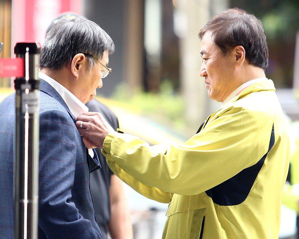 行政院長賴清德與台北市長柯文哲及市府官員座談,柯(左)在等待賴座車抵達前,副市長...