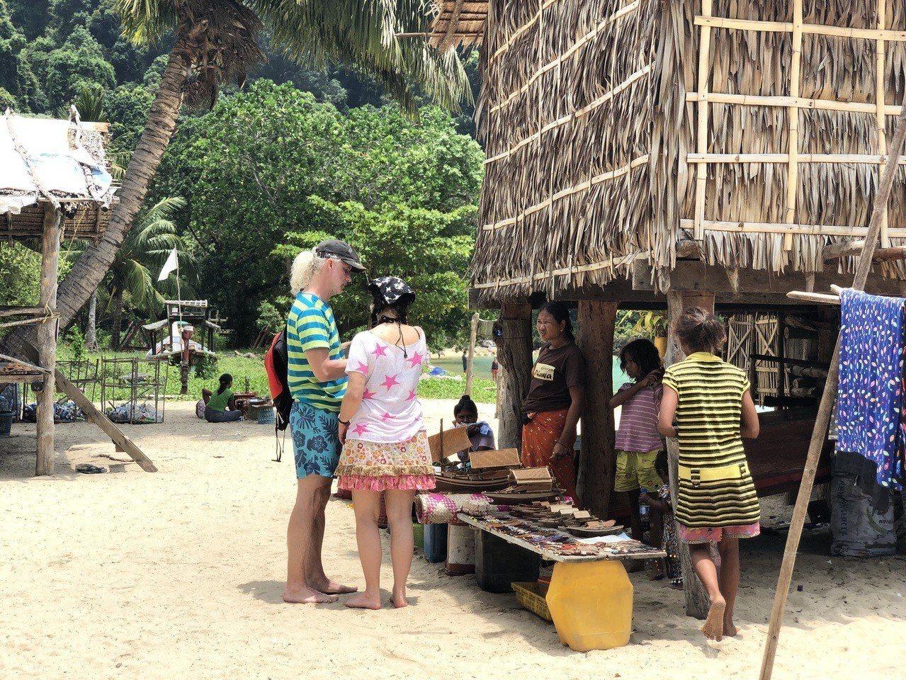 素林群島吉普賽村的婦女會以貝類製作手工藝品,販售給觀光客。 記者魏妤庭/攝影