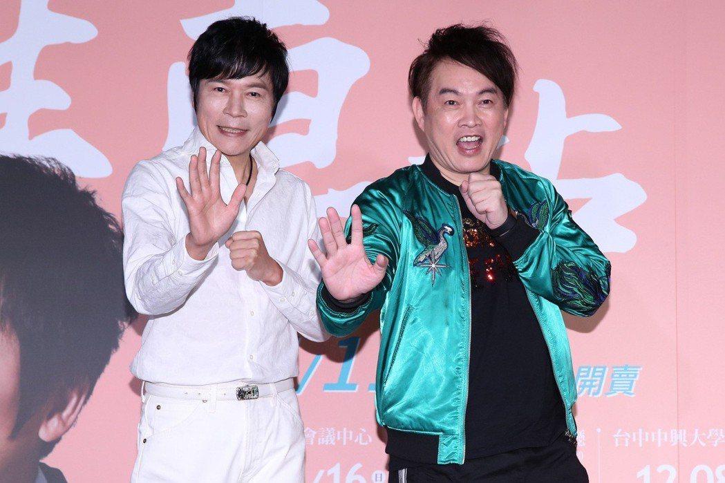 洪榮宏(左)下午為演唱會宣傳,請來好友康康站台。記者林澔一/攝影