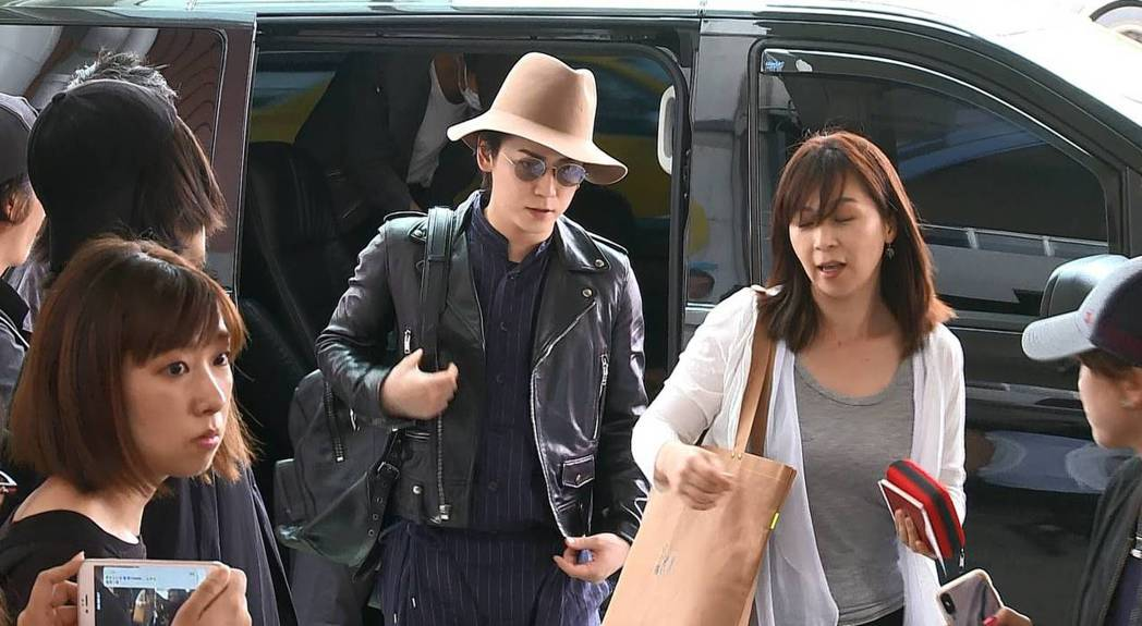 KAT-TUN在粉絲包圍下從松山機場出境。記者陳彥宇/攝影