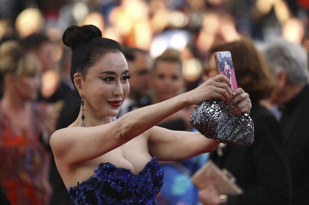 大陸女星邢小紅在坎城影展自拍。圖/美聯社