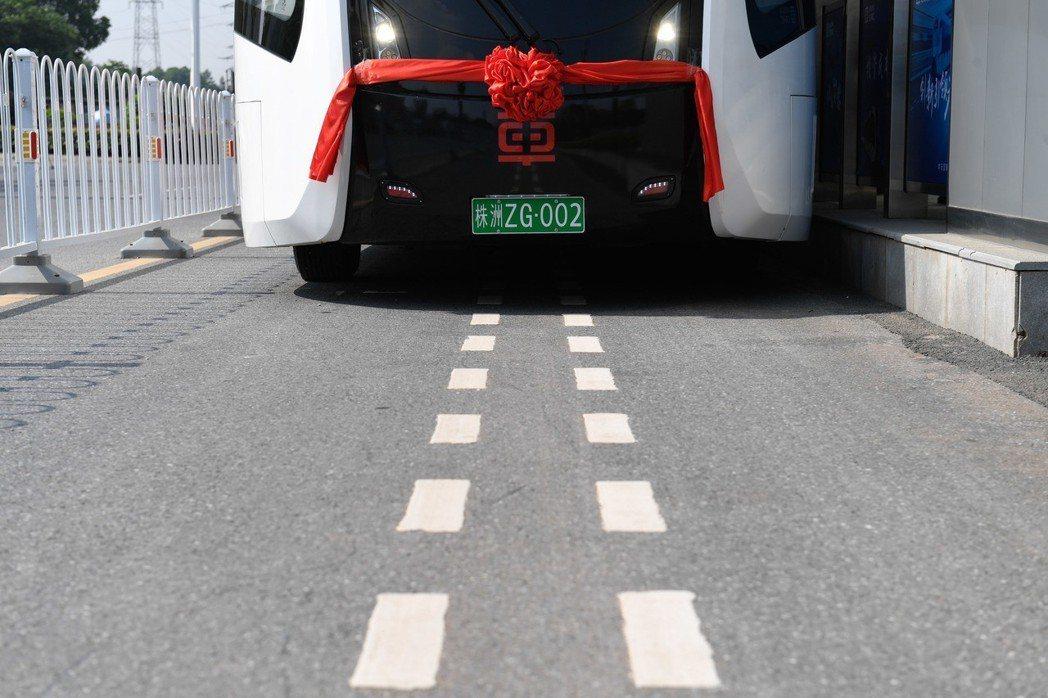 智能軌道快運系統無需鋪設物理軌道,採用材質與道路分道線相同的虛擬軌道為車輛的光學...