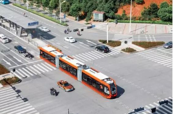 智軌快運與汽車共享道路。圖/取自文匯網