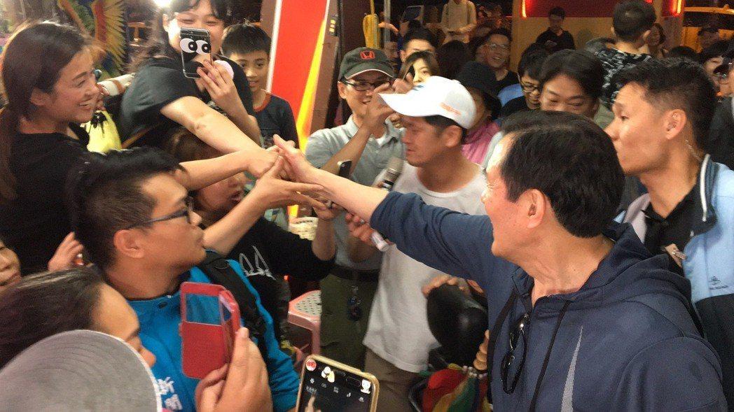 前總統馬英九(前右)走訪花蓮時,民眾、攤商搶著和他握手。圖/聯合報系資料照片