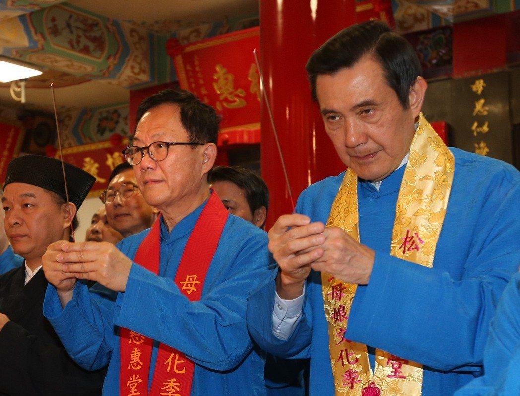 前總統馬英九(右)與前立委丁守中(左),曾一起出席松山慈惠堂天上聖母起駕儀式。圖...