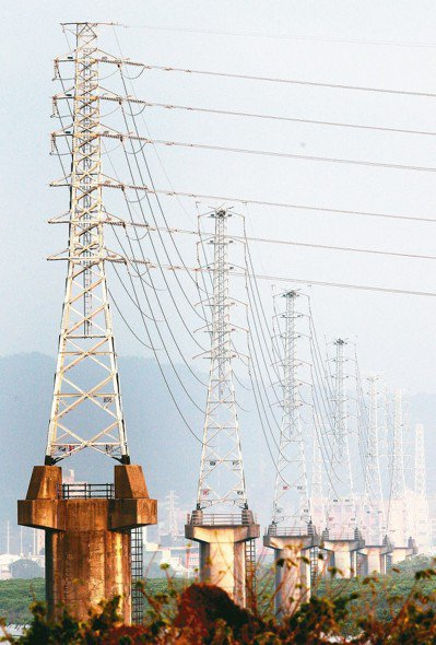 台電表示,北部地區電力約一成五要靠「南電北送」調度,引發中南部不滿。若不蓋電廠,...
