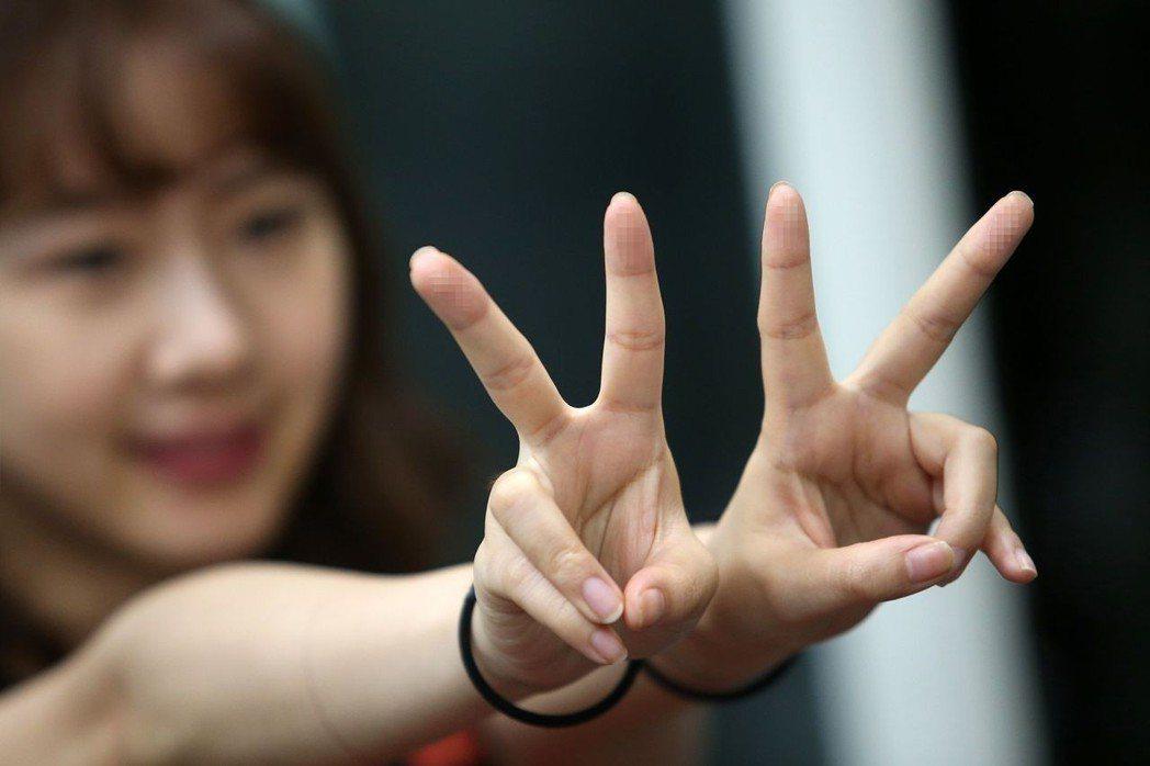 透過高解析度相機拍攝手指,駭客就能獲取指紋資訊。 記者王騰毅/攝影